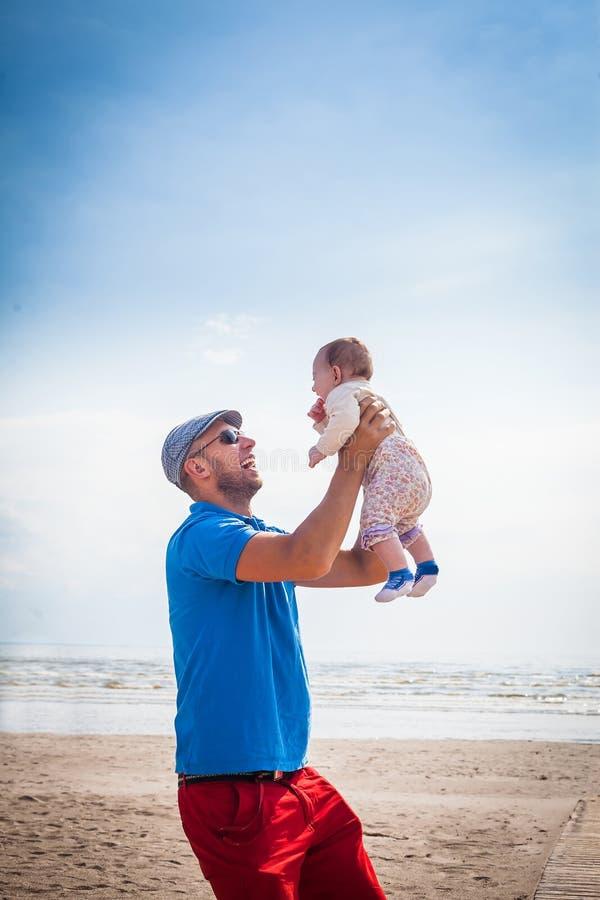 Bebé feliz de la explotación agrícola del padre fotos de archivo