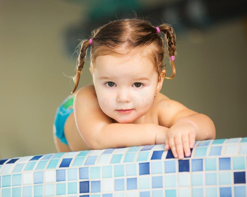 Bebé feliz del niño de la muchacha en piscina fotos de archivo