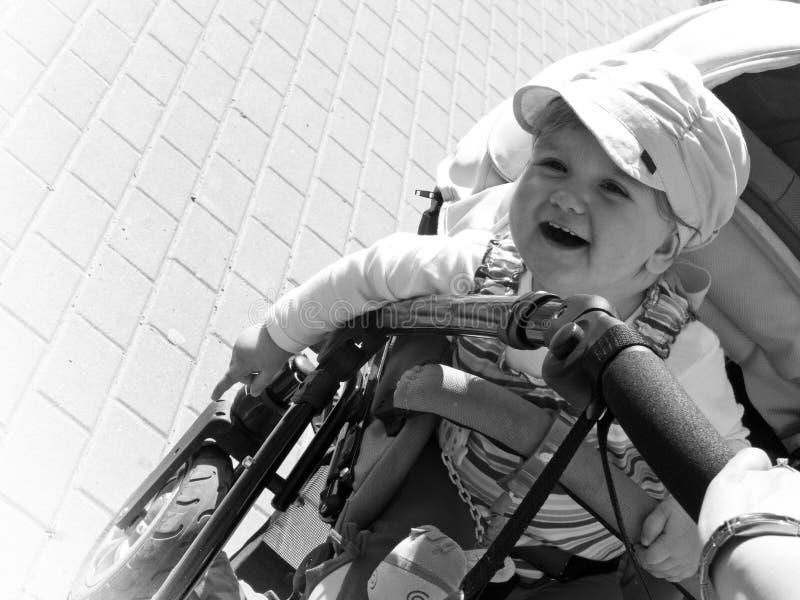 Bebé feliz en cochecito de niño foto de archivo libre de regalías