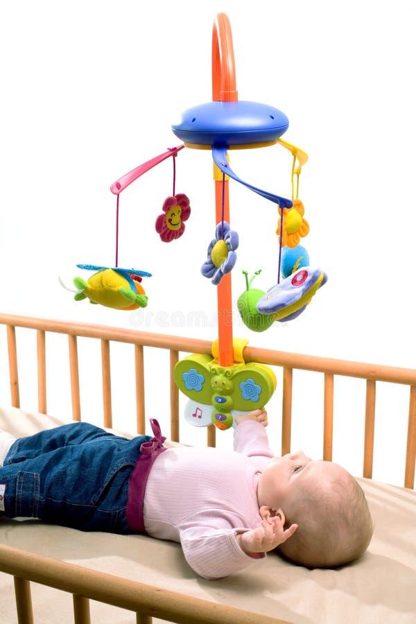 Bebé feliz en el pesebre imagen de archivo