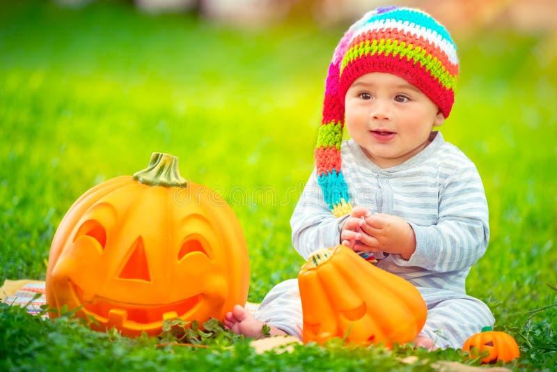 Bebé feliz en Halloween imagen de archivo