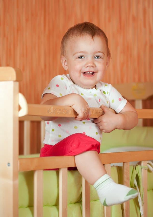 Bebé feliz en pesebre fotografía de archivo