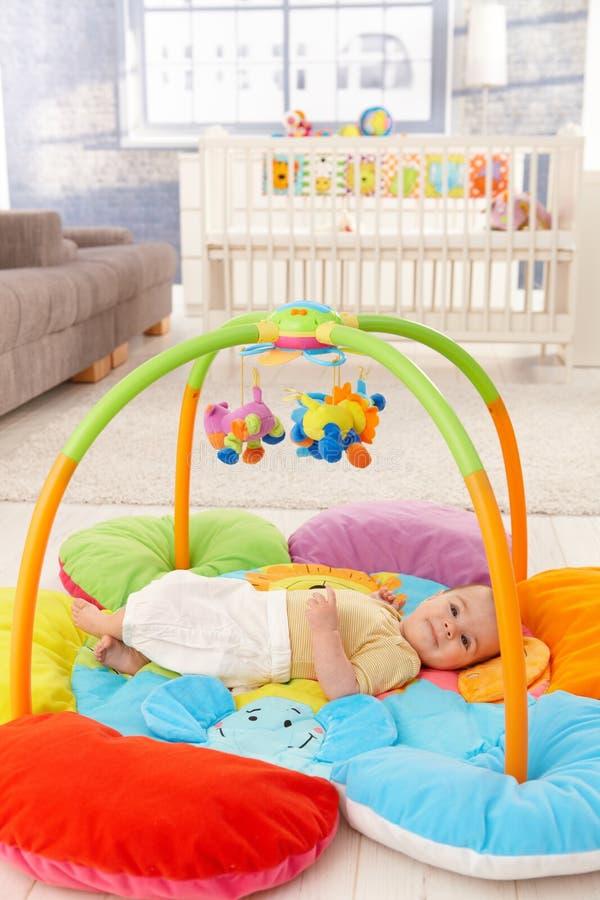 Bebé feliz en playmat foto de archivo libre de regalías