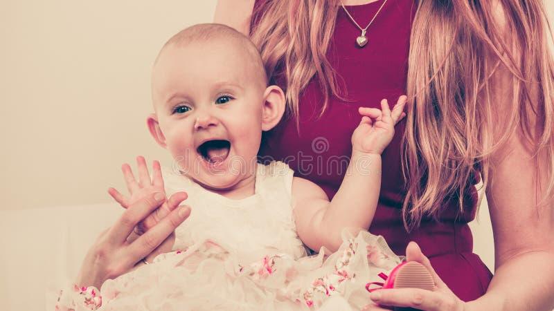 Bebé feliz en rodillas de la madre fotografía de archivo libre de regalías