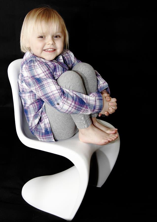 Bebé feliz en silla imagen de archivo