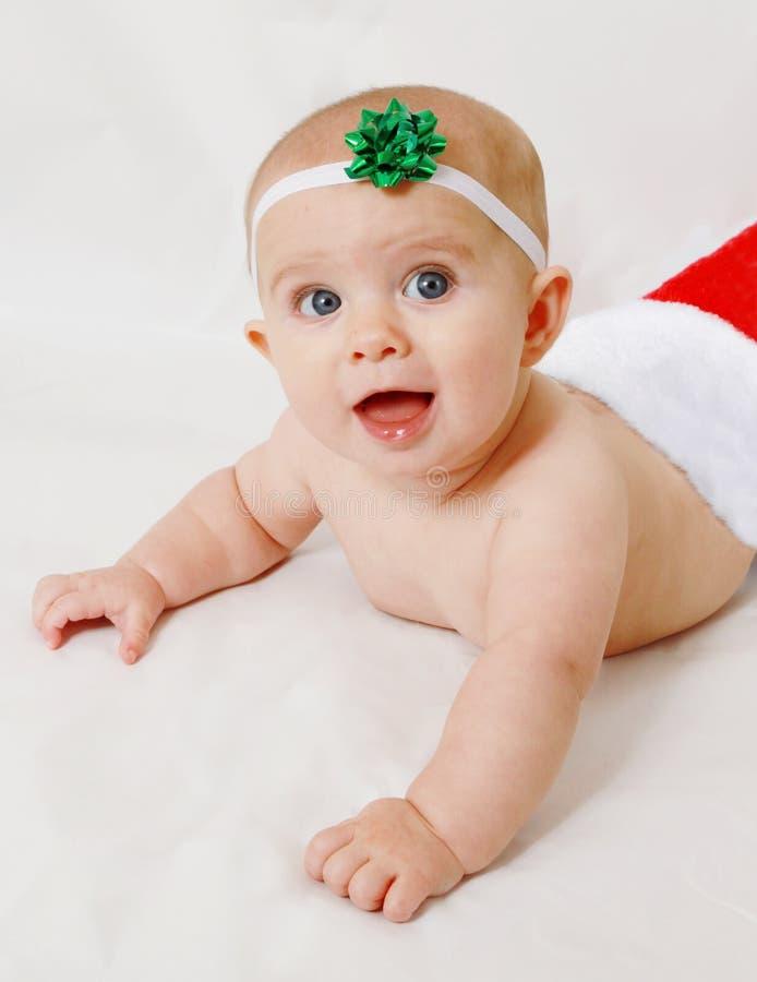Bebé feliz en una media de la Navidad imagenes de archivo