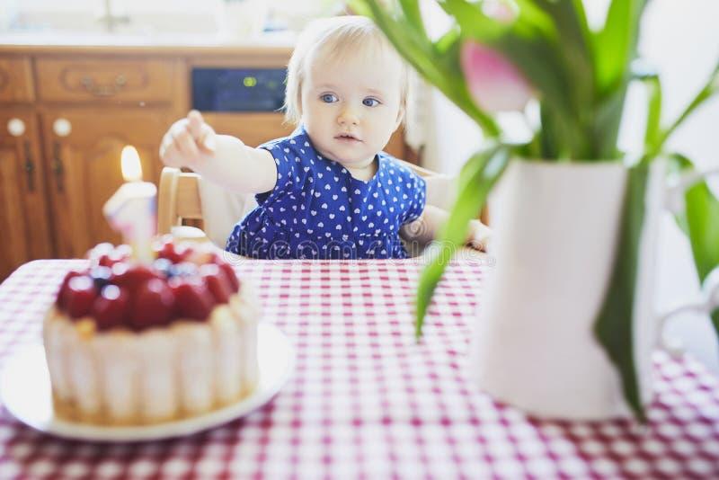 Bebé feliz en vestido azul que celebra su primer cumpleaños fotografía de archivo libre de regalías