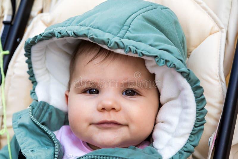 Bebé feliz hermoso el invierno imagenes de archivo