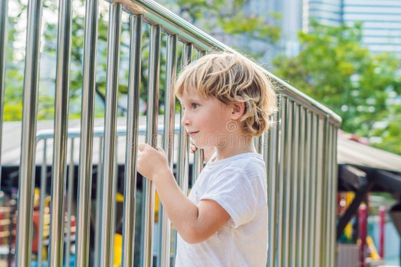 Bebé feliz lindo divertido que juega en el patio La emoción de la felicidad, diversión, alegría foto de archivo