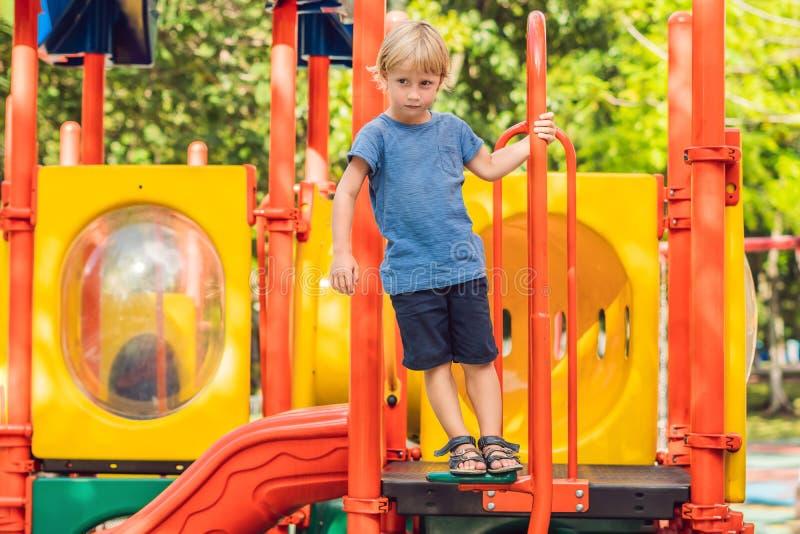 Bebé feliz lindo divertido que juega en el patio La emoción de la felicidad, diversión, alegría imagenes de archivo