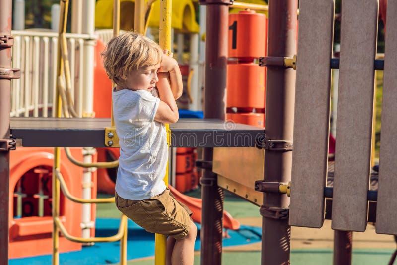 Bebé feliz lindo divertido que juega en el patio La emoción de la felicidad, diversión, alegría imagen de archivo libre de regalías