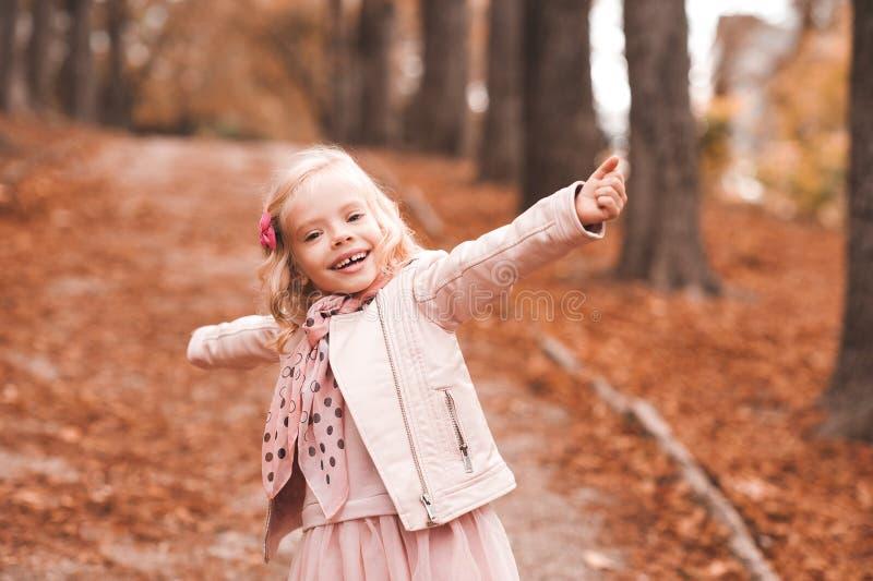 Bebé feliz no parque fotografia de stock royalty free