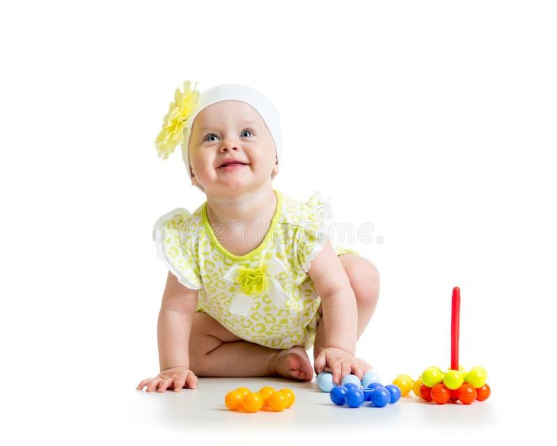 Bebé feliz que juega con el juguete colorido imagen de archivo