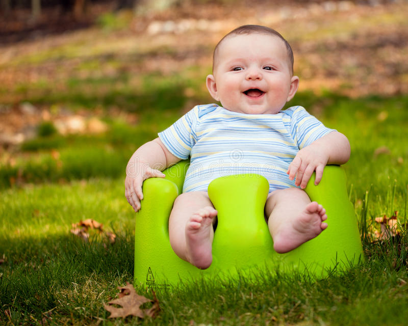 Bebé feliz que usa el sistema del entrenamiento fotografía de archivo libre de regalías