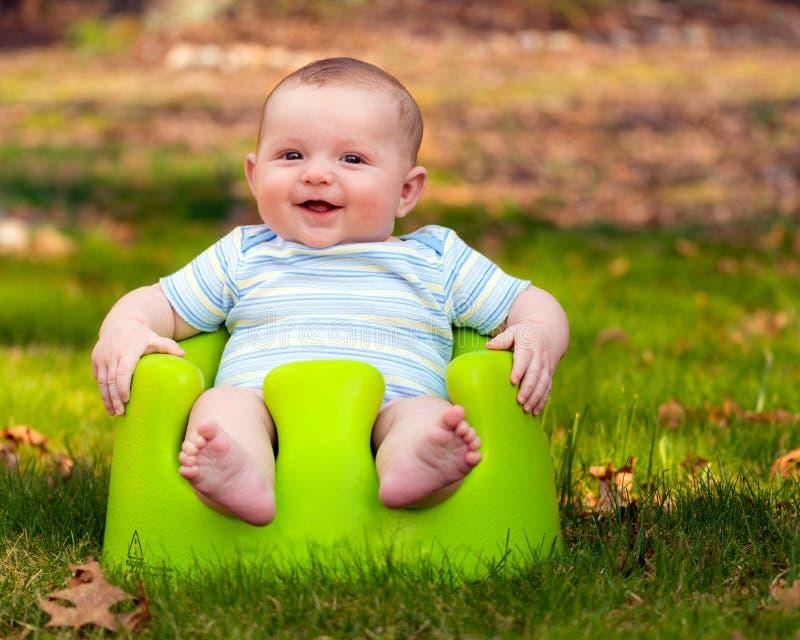 Bebé feliz que usa el sistema del entrenamiento foto de archivo libre de regalías