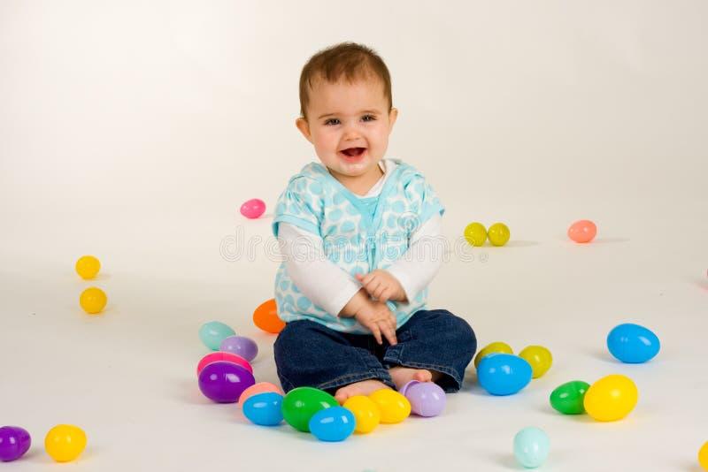 Bebé feliz sobre los huevos de Pascua 3 fotografía de archivo