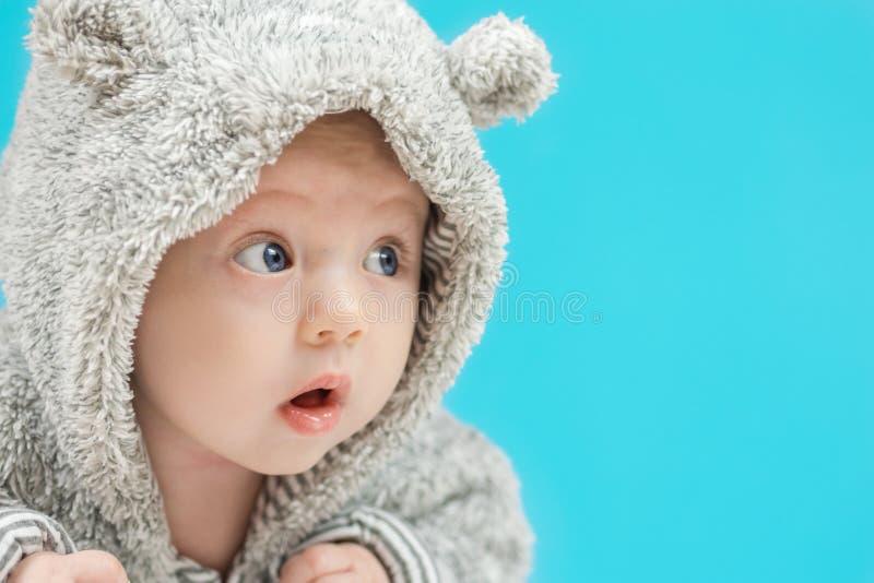 Bebé feliz sorprendente adorable foto de archivo