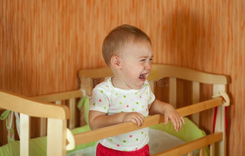 Bebé gritador imagenes de archivo