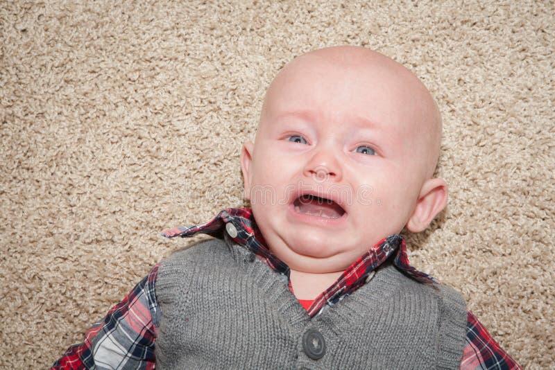 Bebé gritador asustado imagen de archivo