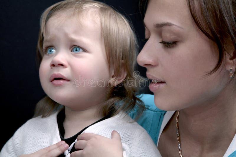 Bebé gritador con la mama fotos de archivo