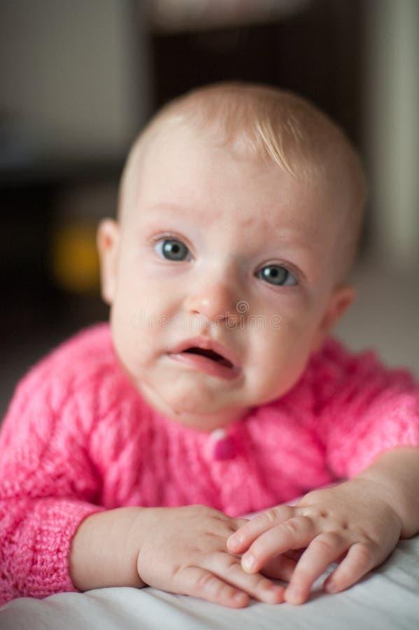 Bebé gritador lindo, muchacha trastornada de la dentición Mirada triste del niño en la cámara fotos de archivo