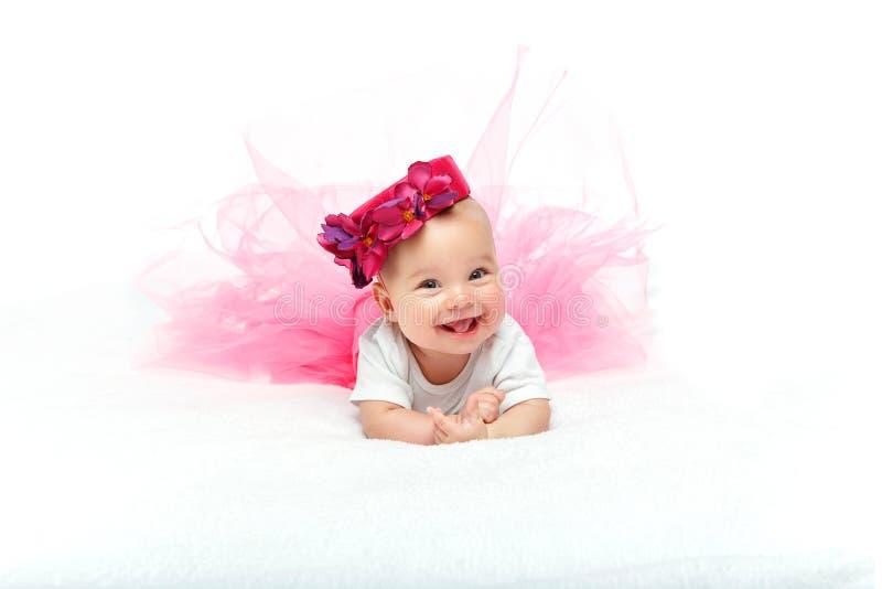 Bebé hermoso feliz con el sombrero rosado en la cabeza imagenes de archivo