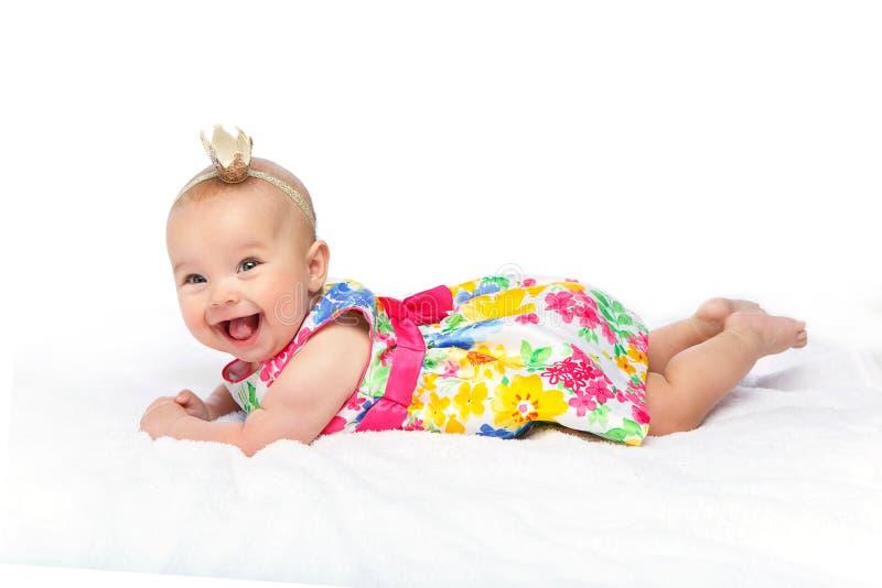 Bebé hermoso feliz con la corona en la cabeza imagen de archivo libre de regalías