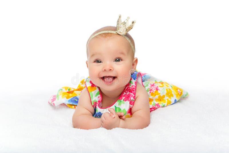 Bebé hermoso feliz con la corona en la cabeza fotos de archivo