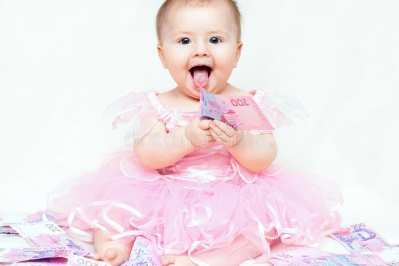 Bebé infantil que juega con el dinero imágenes de archivo libres de regalías