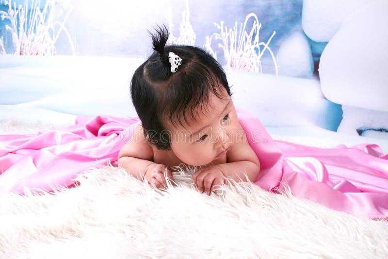 Bebé lindo bajo la manta fotografía de archivo libre de regalías
