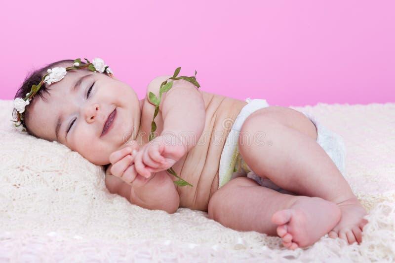 Bebé lindo, bonito, feliz, rechoncho y sonriente, riendo con una sonrisa grande imagen de archivo libre de regalías