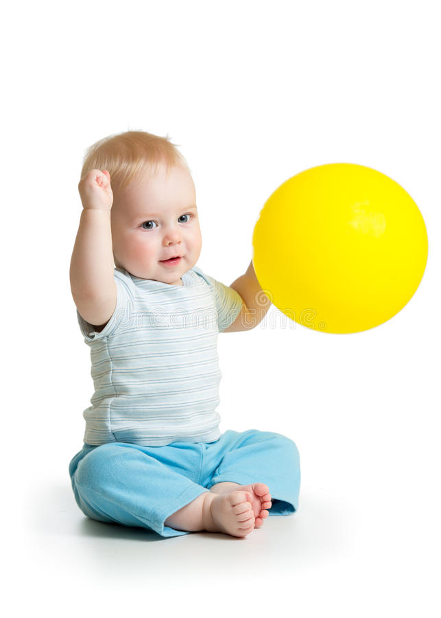 Bebé lindo con el globo amarillo imagenes de archivo