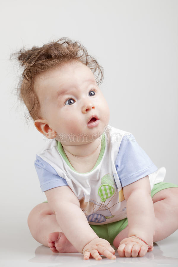 Bebé lindo con el pelo divertido imagen de archivo