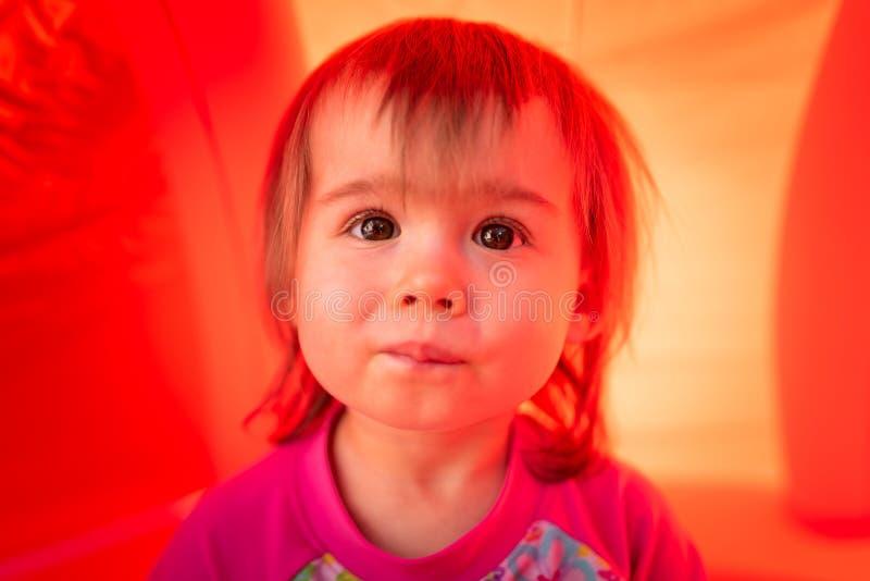 Bebé lindo con el retrato marrón grande del aire libre de los ojos fotografía de archivo