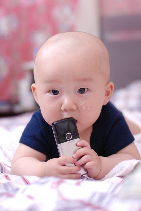 Bebé lindo con el teléfono celular libre illustration