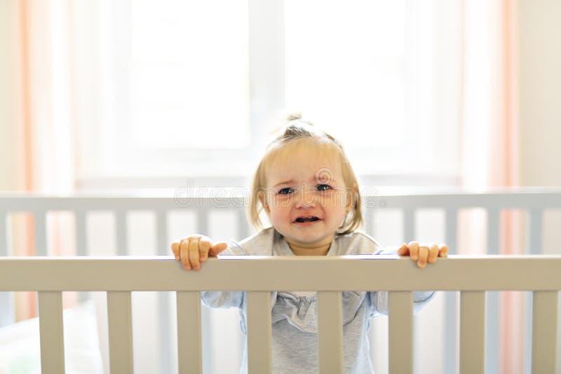 Bebé lindo del bebé en el pesebre del sitio del bebé fotografía de archivo libre de regalías