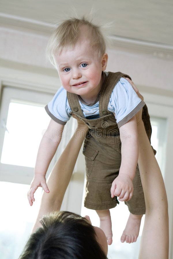 Bebé lindo del trastorno de la sacudida de la mano del `s de la madre para arriba imagen de archivo libre de regalías