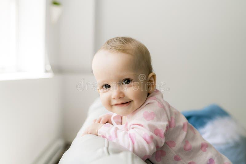 Bebé lindo en sofá imágenes de archivo libres de regalías
