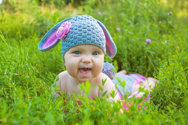Bebé lindo en un conejito de pascua del traje i del cordero foto de archivo libre de regalías