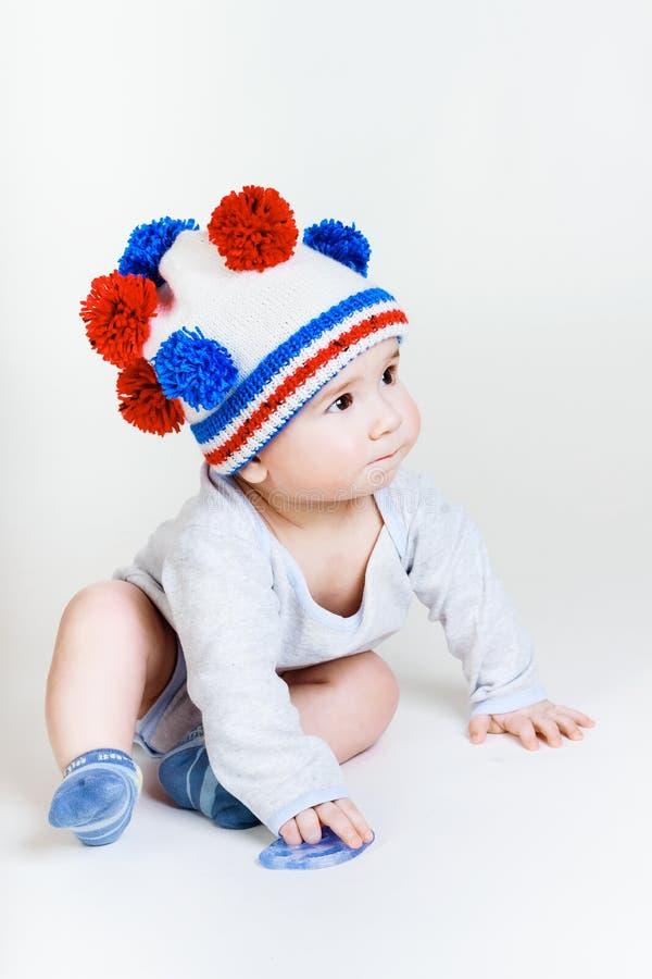 Bebé lindo en un sombrero hecho punto fotografía de archivo libre de regalías