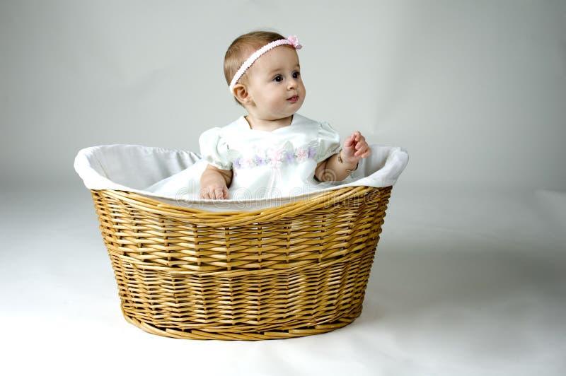 Bebé lindo en una cesta fotografía de archivo