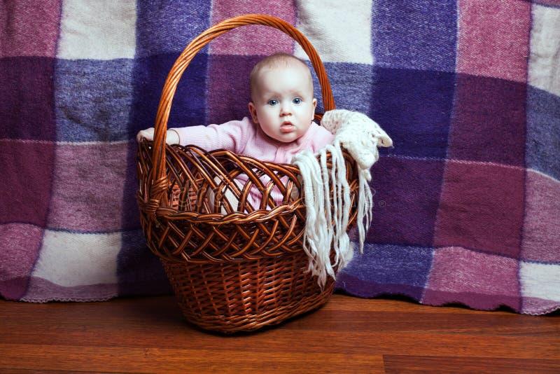 Bebé lindo en una cesta foto de archivo