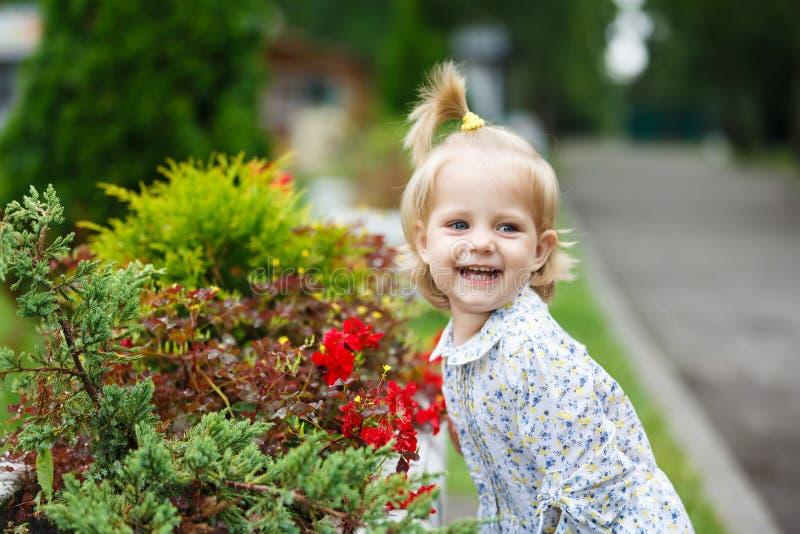 Bebé lindo feliz foto de archivo libre de regalías