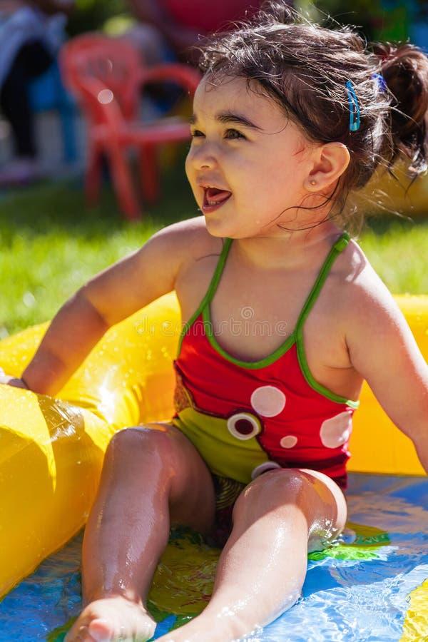 Bebé lindo, feliz, sonriente del niño, jugando en inflable colorido imagenes de archivo