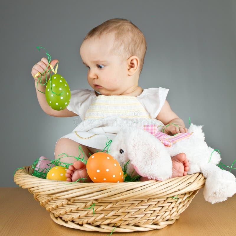 Bebé lindo joven en una configuración de pascua foto de archivo