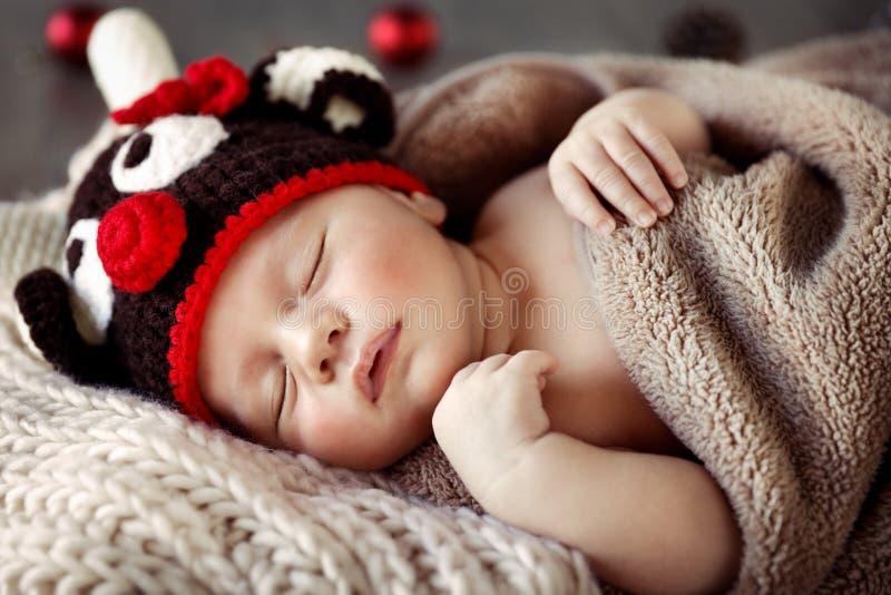 Bebé lindo que duerme en pijamas de la Navidad imagen de archivo