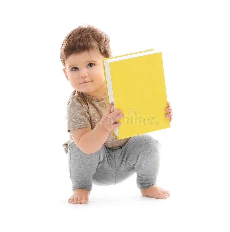 Bebé lindo que juega con la caja fotos de archivo