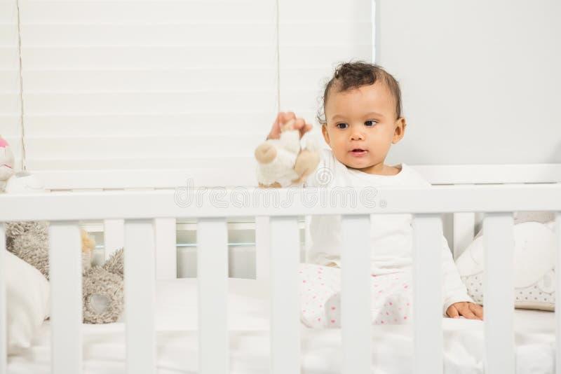 Bebé lindo que juega con la felpa imágenes de archivo libres de regalías