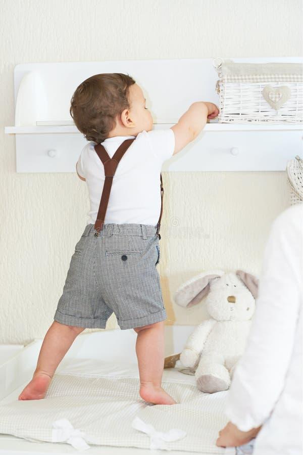 Bebé lindo que juega en casa, disfrutando del himslef fotografía de archivo libre de regalías