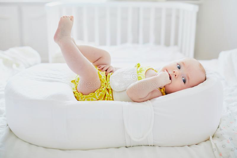 Bebé lindo que miente en capullo fotografía de archivo libre de regalías